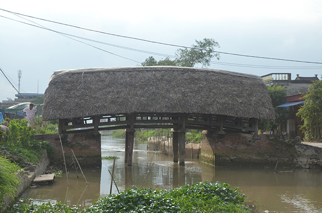 Cây cầu Thượng lợp mái lá với kiến trúc độc đáo tại làng Kênh, thị trấn Cổ Lễ, huyện Trực Ninh, tỉnh Nam Định.