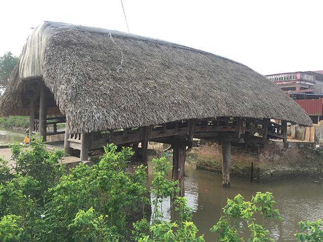 Từ sơ khai, mái cầu được lợp bằng cây bổi (cây cói). Tuy nhiên, trải qua thời gian, ngày nay mái cầu được lợp bằng lá cọ.