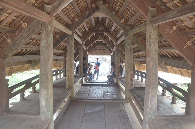 Cầu Thượng được chia làm 3 gian, với gian chính giữa phục vụ cho đi lại và 2 gian mỗi bên dùng cho nghỉ chân, hóng mát
