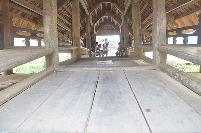 Mặt cầu được làm bằng những phiến gỗ lim để người và xe qua lại.