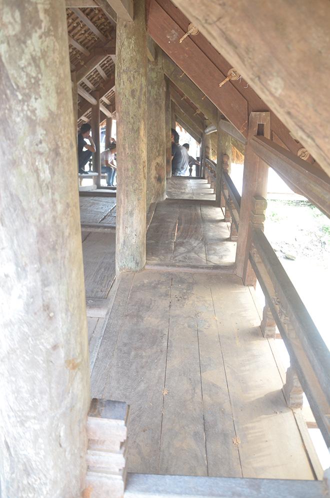 Hai bên thành cầu đều có bục ngồi để khách bộ hành qua lại ngồi nghỉ ngơi trú mưa, nắng.