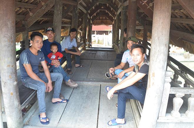 Vào mỗi buổi trưa nắng, nhiều người dân chọn cây cầu là nơi hóng mát, nghỉ chân.