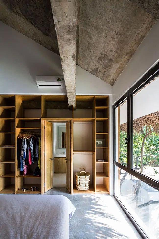 Phòng ngủ chính với thiết kế thô mộc, ấn tượng và ngập tràn ánh sáng.