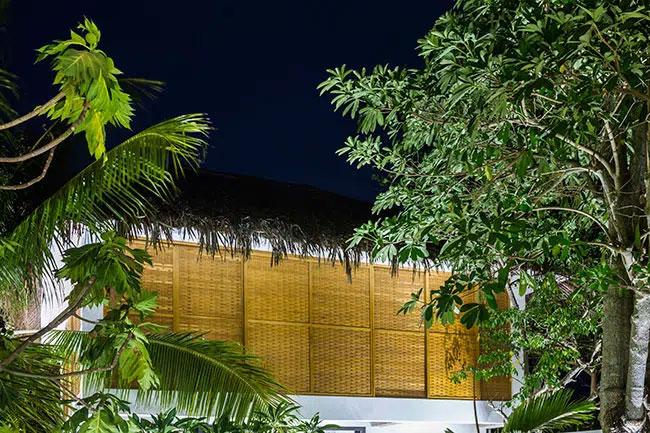 Trong quá trình xây dựng, những gốc cây xanh, vườn cũ được giữ tối đa khiến ngôi nhà vừa hoàn thành đã có màu xanh dịu mát.