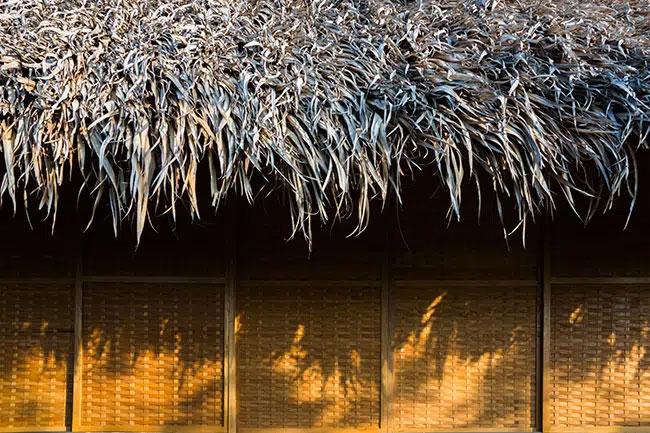 Khu vực nghỉ ngơi đậm chất dân dã với mái lá dừa và liếp tre đan.