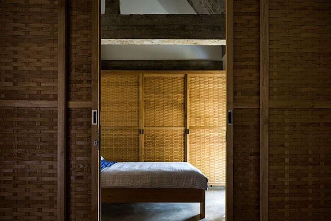 Các phòng ngủ ở tầng 2 cũng được phân tách bằng vách liếp kéo.