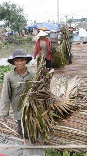Cảnh mua bán, vận chuyển lá dừa nước để lợp nhà khá tấp nập ở Sài Gòn - Ảnh: Đ.D