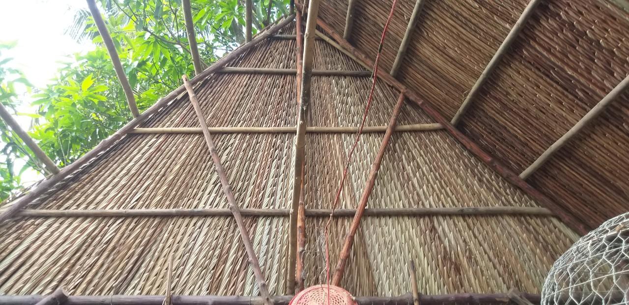 Thi công mái nhà bằng lá cần đạt đúng kĩ thuật để đảm bảo độ bền